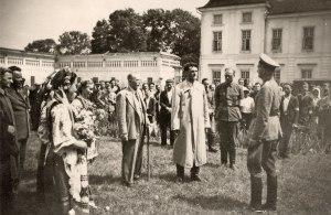 Ukrainians of Lutz welcome the Germans-1941