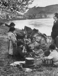 Germany. nomadic Romani family -August Sander1931