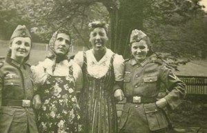 ww2-nazi-soldiers-exchange-uniforms-with-their-girlfriends
